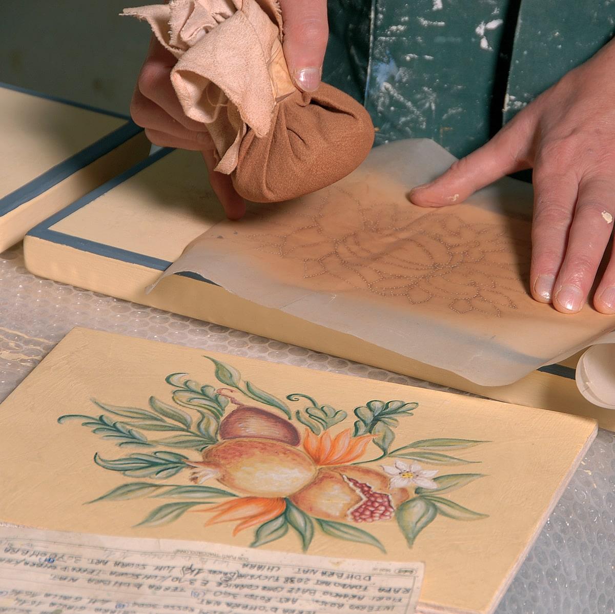 Applicazione decorazioni su anta in legno mobile da salotto