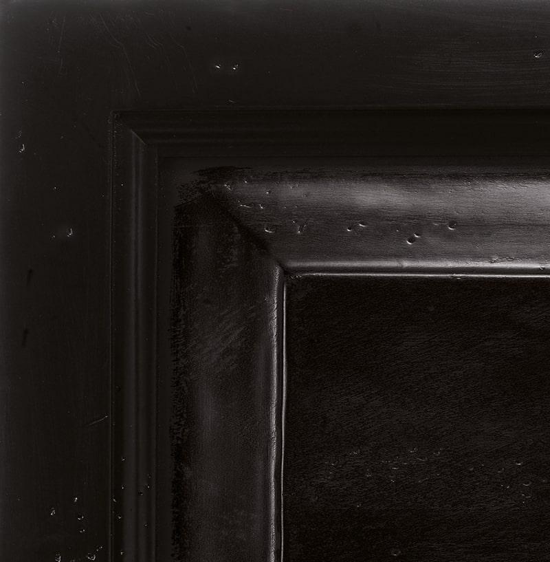 Antiqued black lacquered finish '700