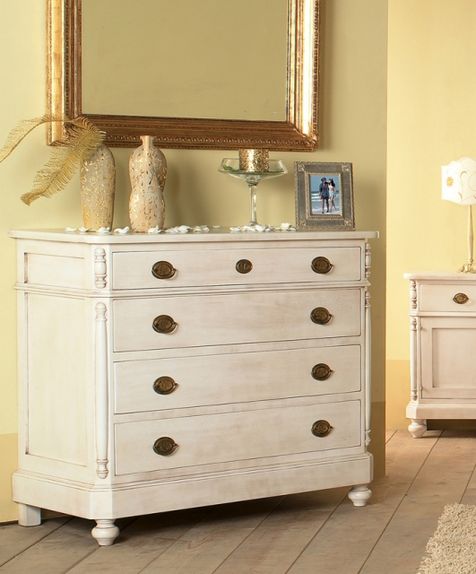 Chest of drawers with four drawers